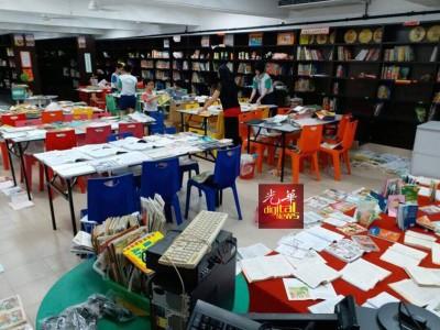 麦曼珍华小图书馆遇水劫,师生们正努力的救回书籍。