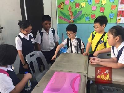 朱翊升(中)与同学心疼佳盈的座位,从此腾空了。