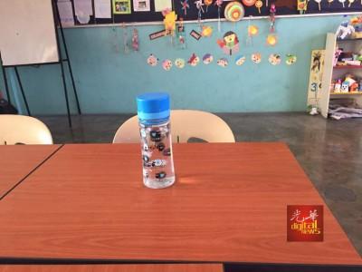殷春留下一个水瓶在桌上。