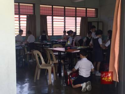 3M班学生在上课,殷春桌位却空著,见者心酸。
