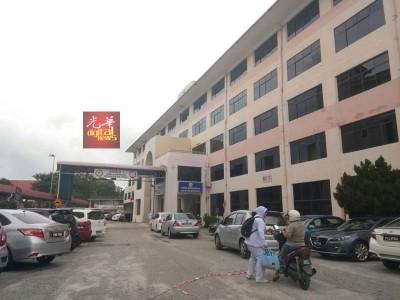 槟城中央医院难逃水劫,交通组、C座及D座底层都受到水灾影响。