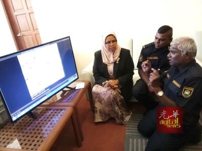麦慕娜(左)与两名在场的执法人员了解情况。