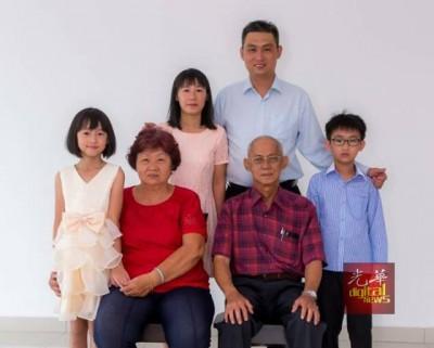 林瑞木早前拍摄的全家照,后排左起林佳盈、陈燕、林瑞木;前排左起刘细宝及林建安。两周内,林瑞木瞬间失去了全部至亲。