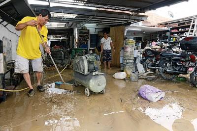受影响的灾民忙着清理工作,尤其是水患后留下的一层层泥浆情况最棘手。