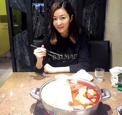 熊黛林贴出她大啖麻辣火锅的照片。