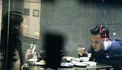"""《苹果》稍早直击熊黛林(左)跟老公郭可颂在北市""""吴记麻辣锅""""用餐。"""