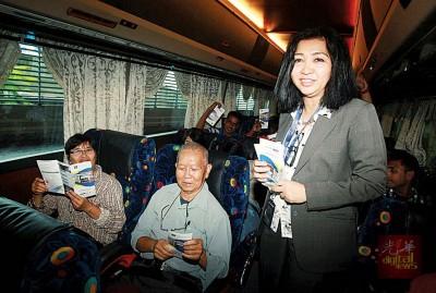 奎玛尔(站者)在南湖镇交通综合终站向乘客派发安全意识传单。