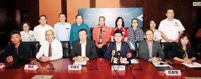 """张盛闻(坐者左4)召开记者会,公布成立""""提升华小马来文水平工委会""""详情。坐者左2起是李金桦、王鸿财、刘华才及盛美清。"""