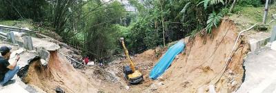 8米深的地陷,工友需小心翼翼地进行工作。