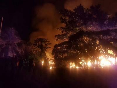 4中木屋被烧,火势凶猛,消防员全力灌救。