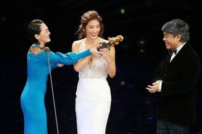 小S(左)颁发最佳新演员奖给瑞玛席丹(中),作势与对方抢奖座。右为蔡康永。
