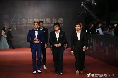 《分贝人生》导演陈胜吉(中),带领男主角陈泽耀(左)及剧组人员走红毯。