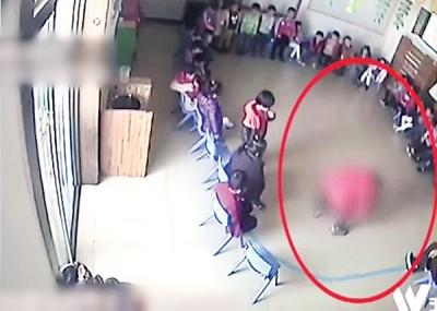 闭路电视画面拍到,涉事老师为牙签刺向孩子。