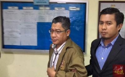 被告阿兹曼(左1)因涉溓收取共9000令吉支票,今早被反贪会控上北海地庭,被告不认罪以5000保外候审。