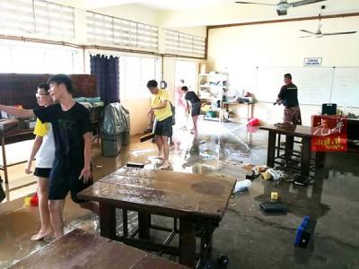 马华志工队清洗锺灵课室。