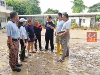 陈协成安排各组志工清洗校地。
