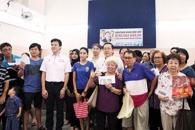 槟首长林冠英主持分发援助金予水灾灾民,左3为植物园区州议员谢嘉平。