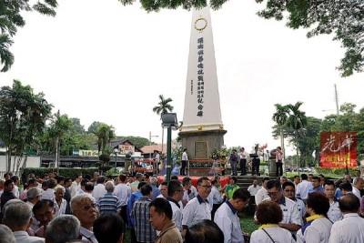 各华团及政党代表聚集纪念碑前,准备向殉职机工及罹难同胞致敬。