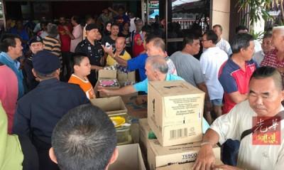 一班热心的居民在疏散中心给予支援。