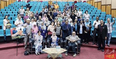 槟城中央医院肢端肥大症主科医生诺阿兹查医生(前排左起)、苏哈达医生及哈芝尤索夫,为肢端肥大症(Acromegaly)工作坊主持开幕仪式。