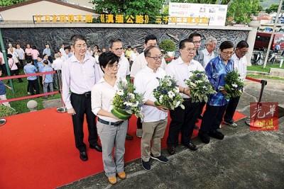 主祭李兴前(左2)带领本报同仁于纪念碑前献花致敬,由郑彩凤(左)、林星发(右2)及梁宗宝(右)等人陪同。