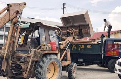 部分重大的家具需要挖泥机方能搬移。