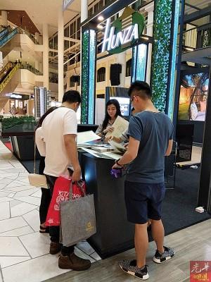 汇华产业集团展位吸引众多人潮到来参观洽询。
