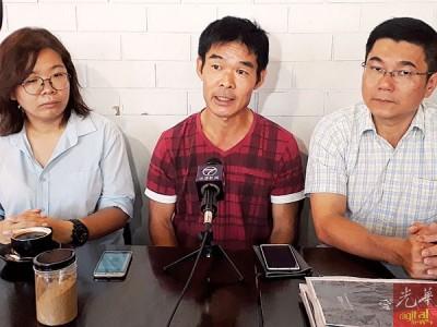 李天才(蒙)当蔡依霖(左)和郑国霖州议员陪同下举行记者会。