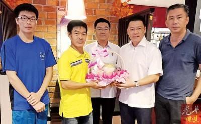 倪可敏捐赠水果礼篮予李天才父子和为她们一家人打气,右起刘长一与郑国霖。