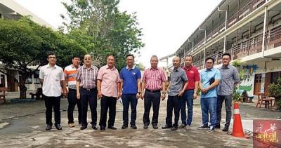 左起罗伟鹏、张瑞丰、王智廷、林峰成、廖宏康、洪亚福及王声捷等,一同巡视光华小学。