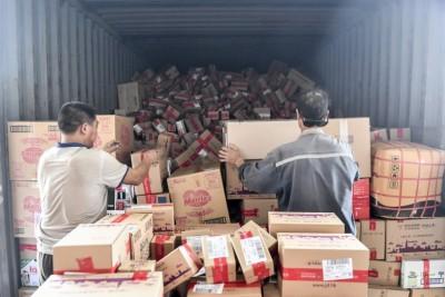 广州南沙保税仓内,货车内的商品堆积如山。