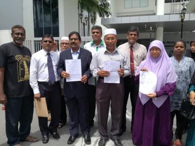 苏巴玛廉(左3起)与依德利斯在支持者的陪同下,周四报警举报涉案男子。