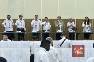 方贵伦(左起)、陆兆福、林冠英、陈国伟、林吉祥、章瑛以及杨巧双射来手中一宗。