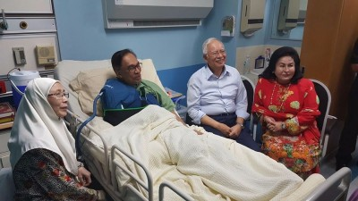 纳吉(左3)周五上载照片,是携妻罗斯玛(右1)探望安华,表达慰问。左为旺阿兹莎。(图取自纳吉脸书)