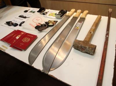警方周六在记者会出示起回的部分失物及作案工具。