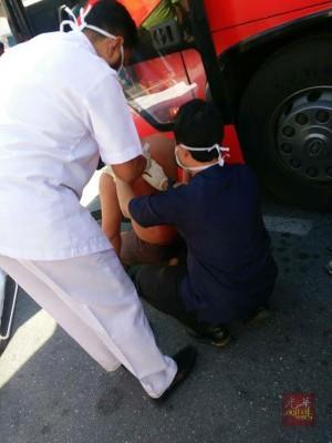 医护人员处理巴士司机的口子。