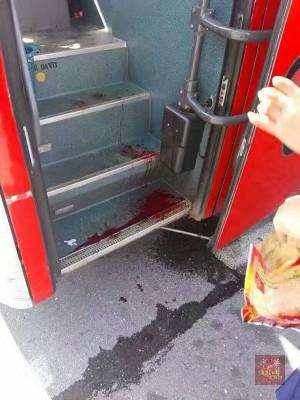 巴士留下司机被刺伤的血。