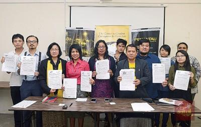 玛丽亚陈(左3起)、辛迪亚、艾维、沙鲁阿兹曼等非政府组织代表,促请瑞士政府归还被冻结的一马公司资金归还给大马人民。