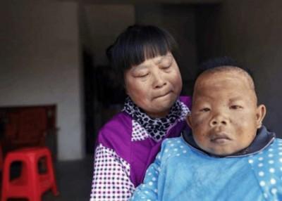 储晓萍前不久不辞劳苦、全心全意地招呼儿子。