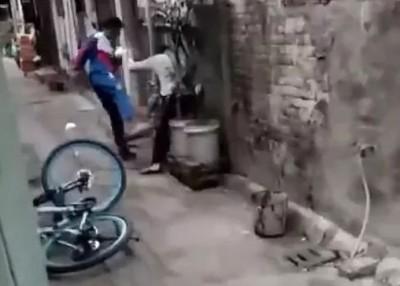 男学生对母亲拳打脚踢。