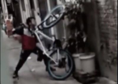 男学生拿起脚车当成打人工具,将母亲压在墙上。