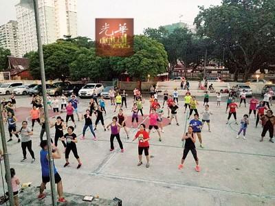 槟城尊巴舞教练甘玲菱跳尊巴现场募款。