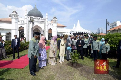 王储伉俪在216年椰脚街清真寺前栽种树木,留下纪念性的时刻。