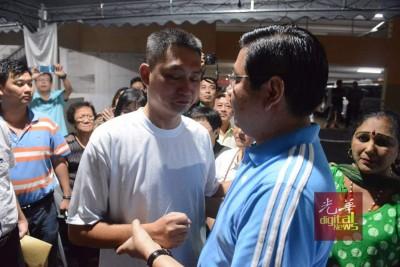 槟州国阵主席邓章耀前往治丧处慰问林瑞木,给予精神上的支持。