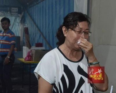刘细菁痛失姐姐,在受访时强忍眼泪。