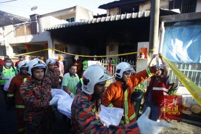 消拯员抬出4具遗体离开现场。