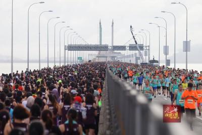 男女老少于早晨涌上大桥参与赛事。