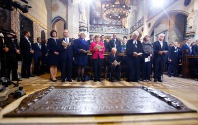 德国总统史坦麦尔(前右一),总理默克尔(前左四)一同出席教会礼拜。(法新社照片)