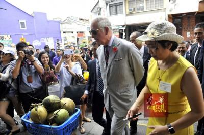 王储途经打铜仔街,公众不仅围观及追拍,更不断告诉王储要喝椰水解暑。
