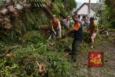 患难见真情,一场突如其来的遭遇让家内如破屋、家外如丛林,数名亲戚与友人都前来协助重整家园。